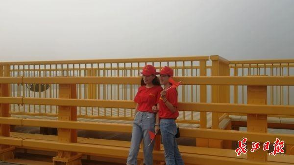 5天发出万面国旗,风雨中武汉人观杨泗港长江大桥依旧热情