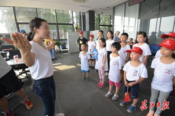她给游客免费当导游,游客成了军运会自发讲解员
