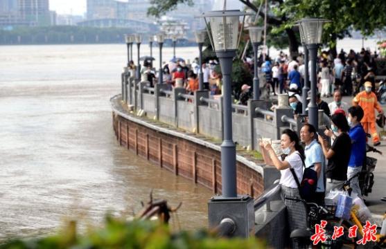 洪峰平稳过汉,市民桥下观水