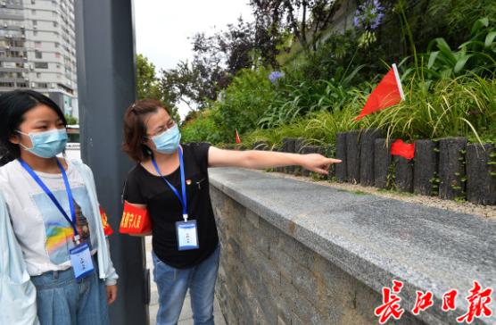 防水墙下插小红旗有讲究