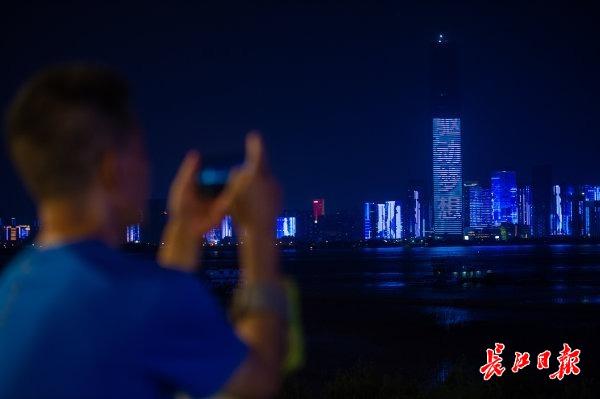 市民欣赏灯光秀