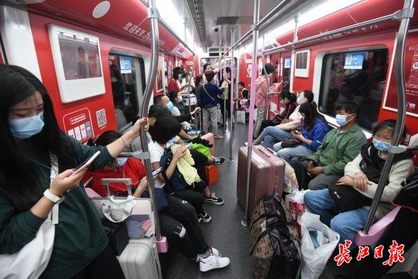 节前地铁客流高峰至 | 图集