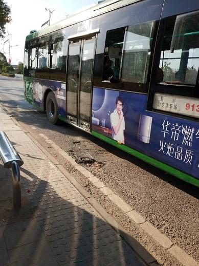 公交进站易挡道 居民盼迁移站点