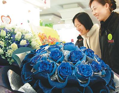 """制作""""蓝色妖姬""""其实很简单,只要先将白玫瑰脱水,然后根据鲜切花的生理"""