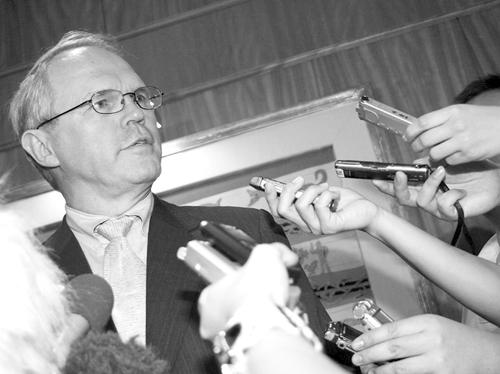 4月8日,美国助理国务卿、六方会谈美国代表团团长希尔在新加坡接受