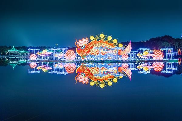 水面如镜,灯展亮眼
