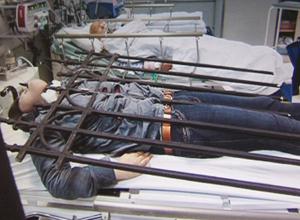 大学生翻栏杆下巴被戳穿