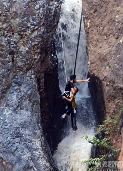 男孩坠悬崖瀑布