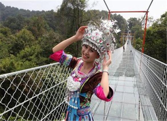 广西首座悬索玻璃桥