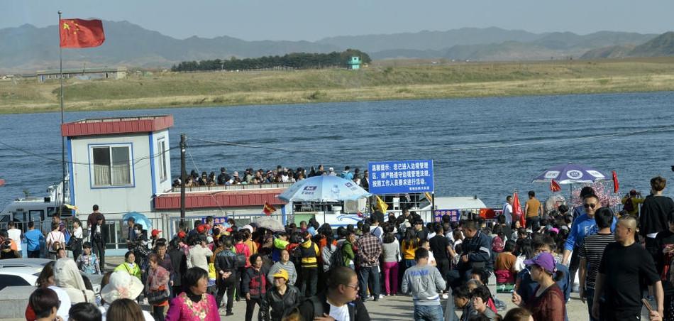 游客挤爆鸭绿江畔